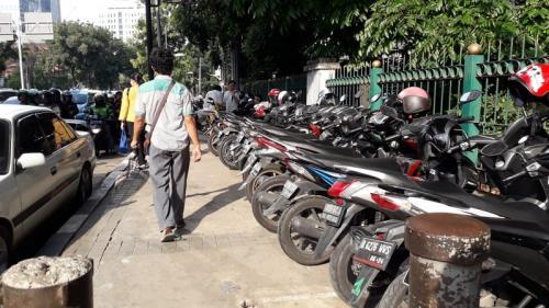 Parkir liar di trotoar jalan di kawasan Monas saat reuni 212 2019. (Foto : Okezone.com/Achmad Fardiansyah)