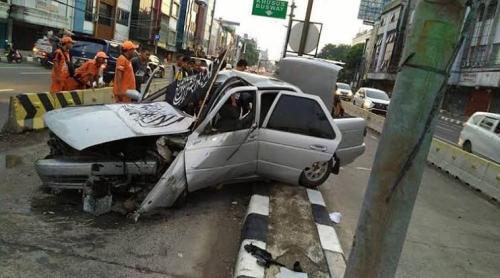 Sedan berbendera tauhid tabrak separator Transjakarta di Jalan Biak, Jakarta Pusat. (Foto: Ditlantas Polda Metro Jaya)