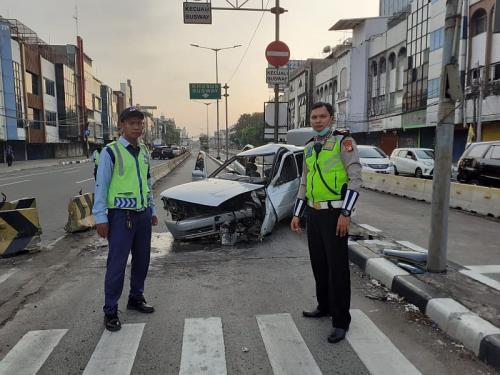 Kecelakaan Mobil Berbendera Kalimat Tauhid di Jakarta Pusat (foto: Ditlantas Polda Metro Jaya)