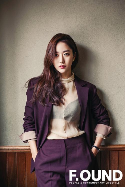 Pada hari pernikahannya, Jeon Hye Bin mengenakan gaun putih panjang tanpa lengan dengan dada rendah dan punggung terbuka. (Foto: F.OUND)