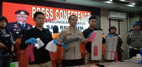 Polisi menangkap pembobol minimarket di Cirebon Foto: Fathnur Rohman