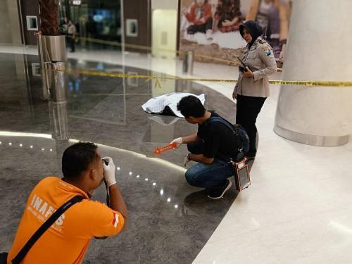 Pria ini tewas setelah lompat dari lantai 4 mal di Surabaya (Foto : Istimewa)
