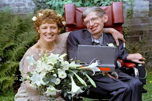 Siapa yang tidak tahu Stephen Hawking? Dia adalah seorang fisikawan, kosmologis, dan ilmuwan terkemuka yang didiagnosis menderita ALS pada usia 21 tahun