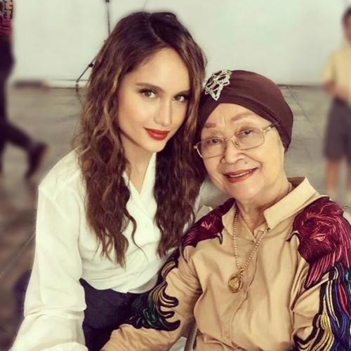 Cinta Laura dan nenek