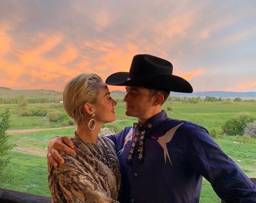 Katy Perry dan Orlando Bloom harus memundurkan jadwal pernikahannya. (Foto: Instagram/@orlandobloom)