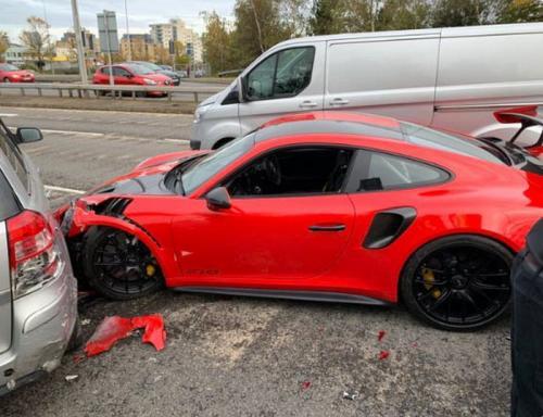 Porsche alami tabrakan baru keluar diler