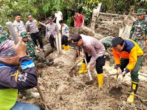 Ayah dan anak tertimbun longsor di Rohul Riau. (Ist)