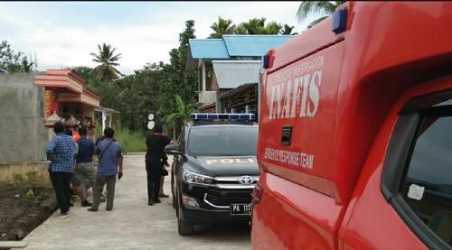 Polisi geledah rumah di Perumahan Kehiran Residence, Jumat (6/12/2019), usai penangkapan terduga teroris. (Ist)