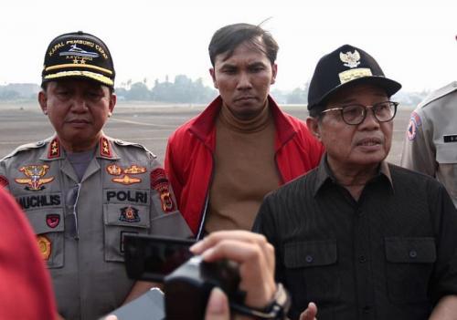 Gubernur Jambi Fachrori Umar Bersama Tim Gabungan Pasca Penutupan Ratusan Sumur Minyak Tanpa izin (foto: Okezone/Azhari Sultan)