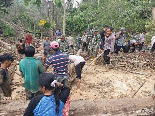 Ayah dan anak tertimbun longsor di Rohul Riau (foto: Ist)