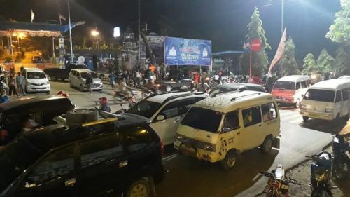 Lalu lintas di sekitar Jalan Raya Doyo-Sentani Kabupatren Jayapura, Kamis (5/12/2019) malam, macet saat evakuasi barang bukti milik terduga teroris. (Ist)
