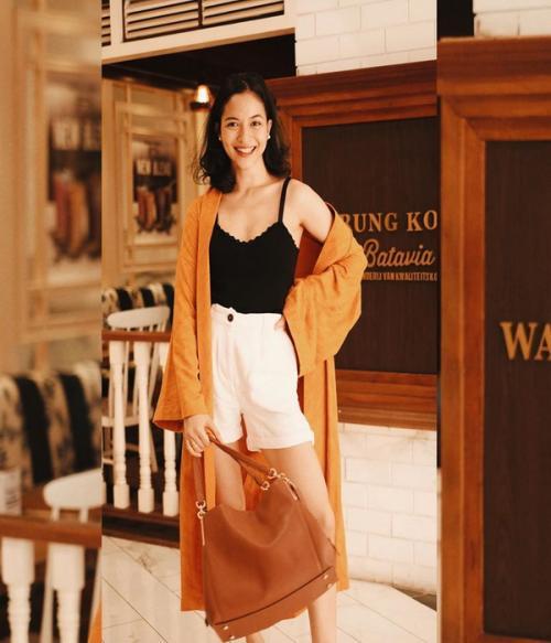 Dengan tambahan tank top dan hot pants Pastinya gaya Putri Marino lebih muda karena dia pilih baju warna terang