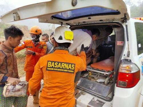 Evakuasi penambang emas ilegal di Lebak Banten. (Foto: Rasyid Ridho/Okezone)