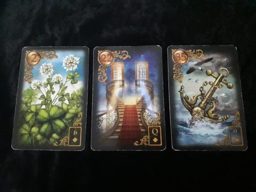 Ada tiga kartu untuk menjawab pertanyaanmu: semanggi, tangga, dan jangkar.