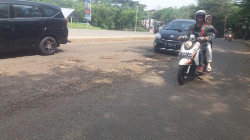 Jalan Boulevard GDC Depok berlubang. (Foto : Okezone.com/Wahyu Muntinanto)