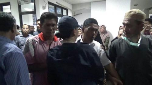 Orangtua Korban Aguswandi (mengenakan baju putih peci hitam) saat Berada di Rumah Sakit Bhayangkara Bengkulu (foto: Okezone/Demon Fajri)