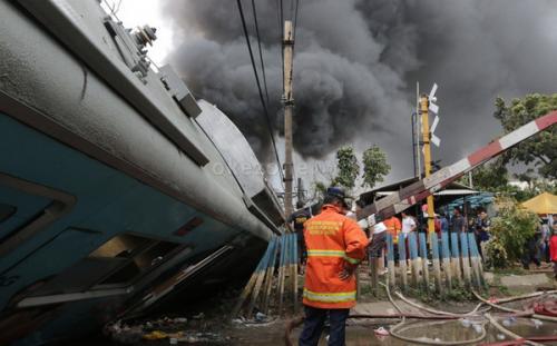 Kecelakaan KRL Tabrak Truk Tangki di Bintaro (foto: Okezone)