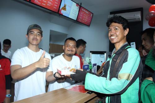 Pada saat grand opening, Kaesang juga membagikan paket ayam, nasi, dan beserta minum secara gratis