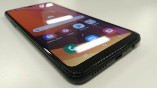 Salah satu ponsel yang menghadirkan fitur keamanan biometrik ialah Samsung Galaxy A20s.