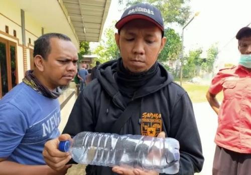 Anak ular kobra yang ditemukan di Perumahan Royal Citayam Residence, Kecamatan Bojonggede, Kabupaten Bogor, Jawa Barat dimasukkan ke botol. (Foto : Okezone.com/Putra Ramadhani Astyawan)