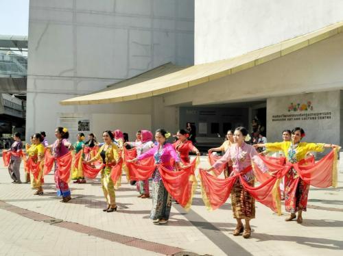 perempuan berkebaya menari di Bangkok