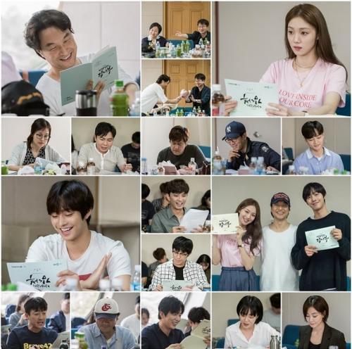 Lee Sung Kyung dan tim saat pembacaan skenario drama Romantic Doctor Kim 2. (Foto: SBS)