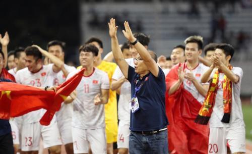 Park Hang-seo merayakan medali emas bersama anak asuhnya (Foto: Federasi Sepakbola Vietnam)