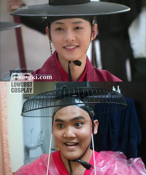 Agar terlihat lebih mirip ia menggunakan baju yang sewarna dengan idol K-pop tersebut.