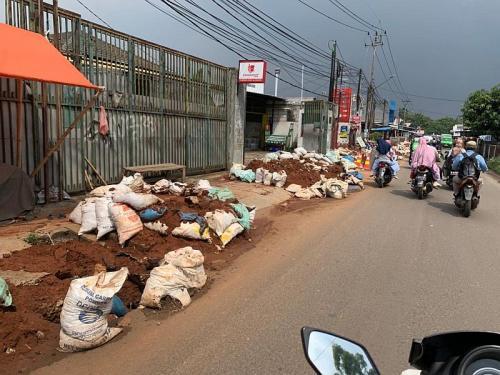 Warga Tangsel Keluhkan Proyek Galian Pipa SPAM Bikin Licin dan Semrawut (foto: Okezone/Hambali)