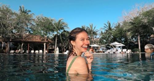 Yuki Kato menikmati pantai Bali