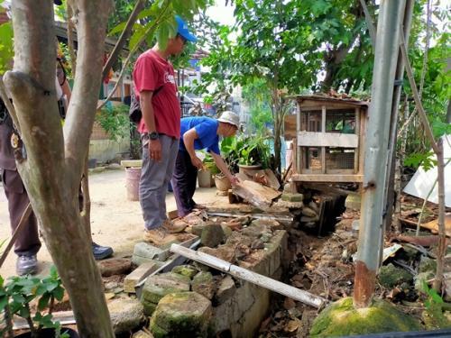 Warga Perumahan Royal Citayam Residence di Desa Susukan, Bojonggede, Bogor, gelar kerja bakti dan fogging untuk mencari dan menangkap ular kobra, Rabu (11/12/2019). (Foto : Okezone/Putra Ramadhani Astyawan)