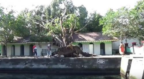 Objek wisata Umbul Pengging di Boyolali rusak diterjang hujan deras disertai angin kencang. (Foto: Tata Rahmanta/iNews.id)