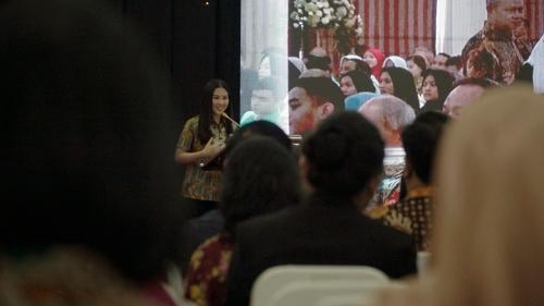 Perempuan berdiri di panggung