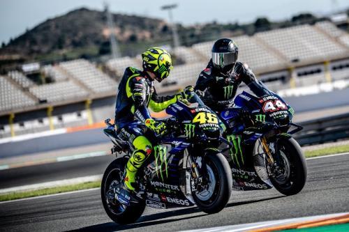 Lewis Hamilton menjajal motor Yamaha YZR M-1 bersama Valentino Rossi (Foto: Yamaha MotoGP)