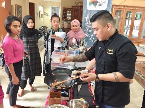 Laki-laki memasak