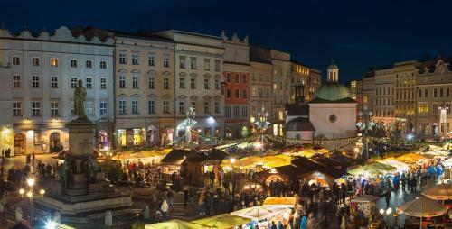 Digelar di Rynek Glowny, biasanya saat pasar dibuka kawasan ini sudah mulai banyak turun salju.