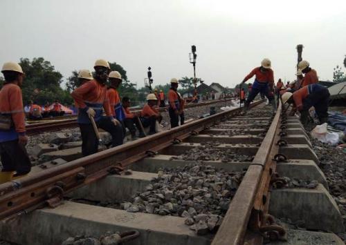 Perbaikan rel di lokasi kecelakaan kereta semen di Stasiun Doplang, Blora, Jawa Tengah. (Foto: Taufik Budi/Okezone)