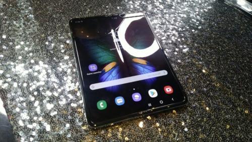 Samsung resmi mengungkap ponsel lipat miliknya Galaxy Fold di pasar Indonesia.