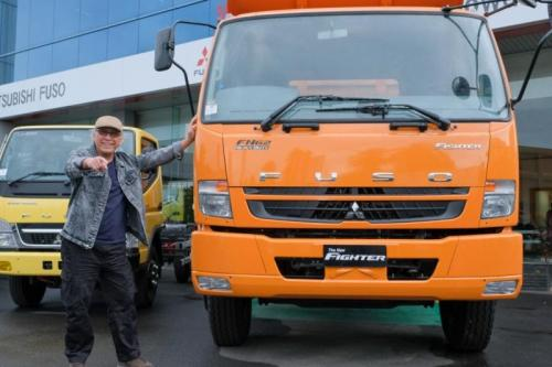 Iwan Fals di truk Mitsubishi Fuso