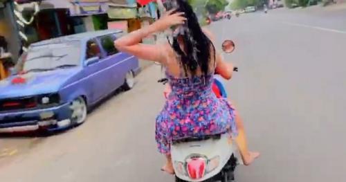 2 Wanita Mandi di Motor