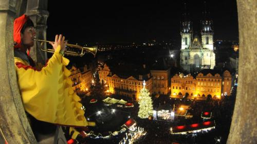 Bukan cuma mencari perintilan khas Natal, pengunjung sambil belanja juga bisa menikmati sosis khas Ceko,