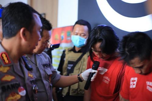 Polisi tangkap pengededar jutaan pil koplo (Foto : Okezone.com/Syaiful)