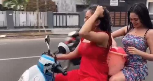 Dua wanita seksi mandi di motor (Foto : Istimewa)