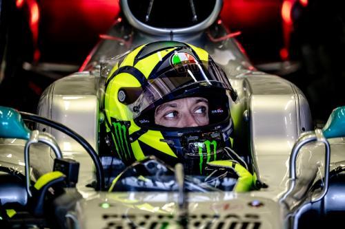 Valentino Rossi menjajal mobil Mercedes W08 (Foto: Yamaha MotoGP)