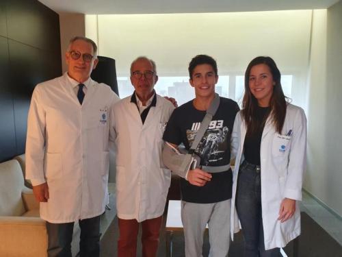 Marc Marquez berfoto bersama tim dokter (Foto: Twitter/Marc Marquez)