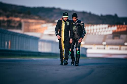 Valentino Rossi bersama Lewis Hamilton di Sirkuit Ricardo Tormo (Foto: Mercedes AMG)