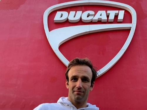 Johann Zarco berpose di depan tulisan Ducati (Foto: Instagram/Johann Zarco)