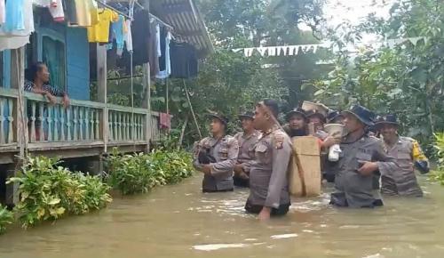 Polisi di Perbatasan Pikul Bantuan Sambil Arungi Banjir Setinggi Dada Orang Dewasa (foto: Okezone/Ade Putra)