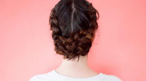 Gaya rambut ini tidak berbeda jauh dengan kamu mengepang rambut seperti biasanya