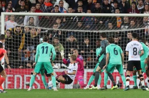 Bola sundulan Thibaut Courtois dimanfaatkan Karim Benzema untuk mencetak gol (Foto: La Liga)